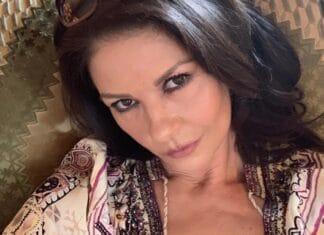 """Catherine Zeta-Jones condivide il ritratto di famiglia La famiglia ha trascorso le vacanze di Natale in Africa orientale mentre Catherine ha documentato ogni momento su Instagram, compresa una """"sorpresa"""" per la sua gioviale adolescenza."""