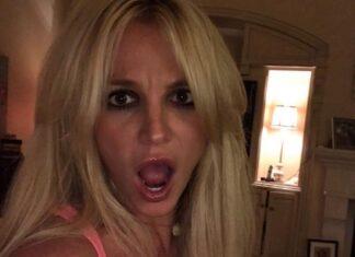 """Britney Spears, che scollatura! Spears ha la testa di lato in un look che dice """"Sono tutto tuo""""."""